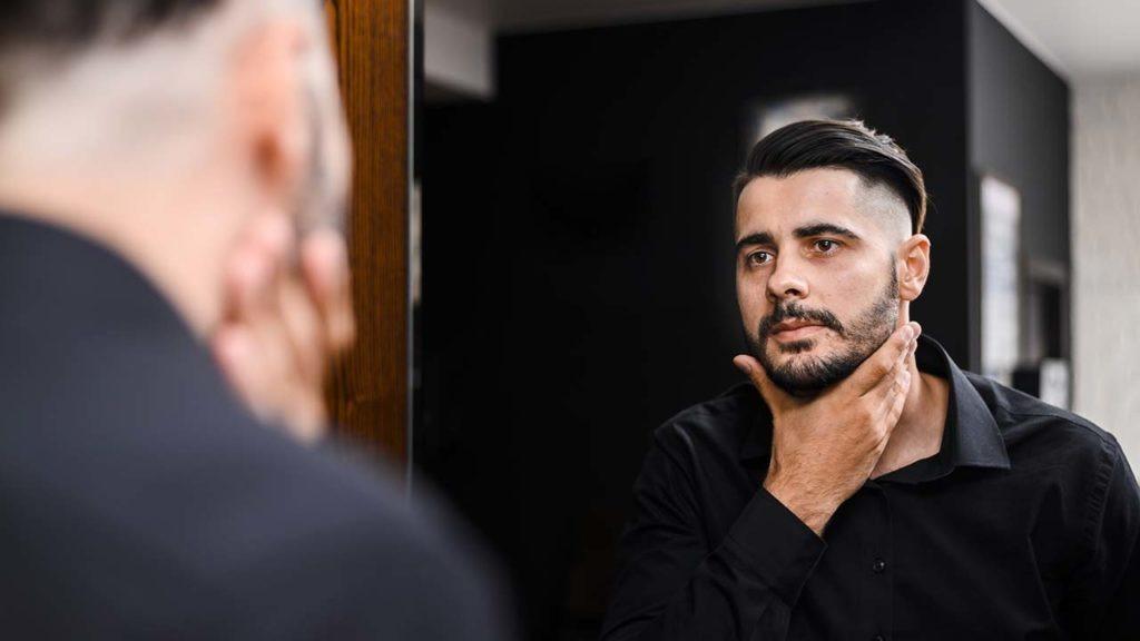 Hombre mirándose al espejo, autoconocimiento